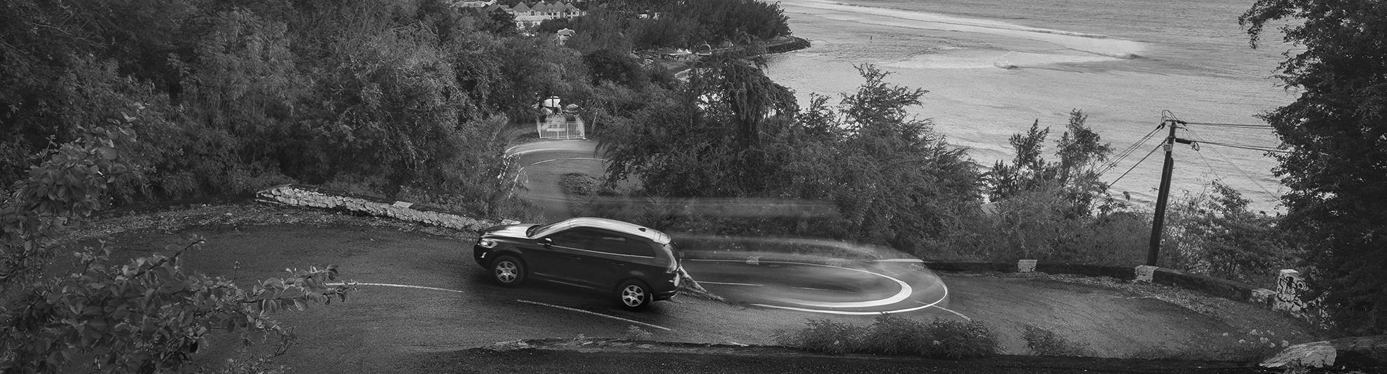 Nano VTC, à votre service ! Image représentant un véhicule de la société sur les rampes vers Saint-Leu