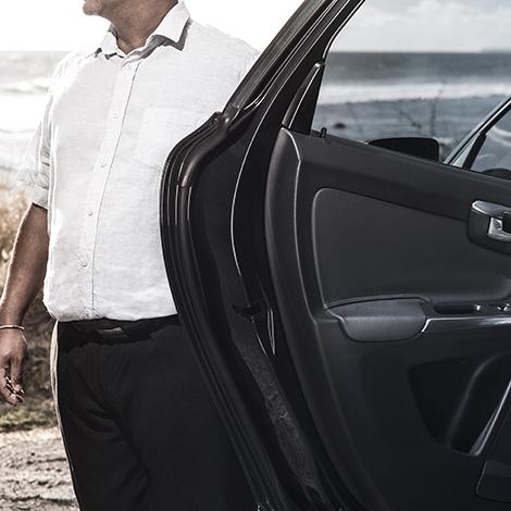 Nano VTC, à votre service ! Image représentant le chauffeur de Nano VTC, ouvrant la portière pour un passager